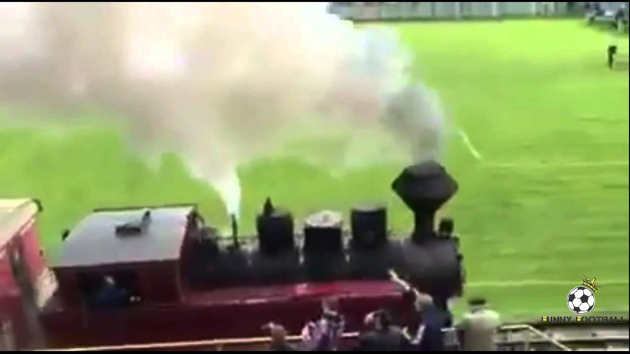 Влак мина по тъчлинията на футболен мач (ВИДЕО)