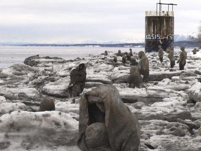 Психично болни статуи дебнат в Аляска (СНИМКИ)