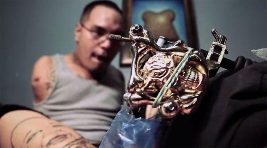 Татуистът, който няма ръце (СНИМКИ)