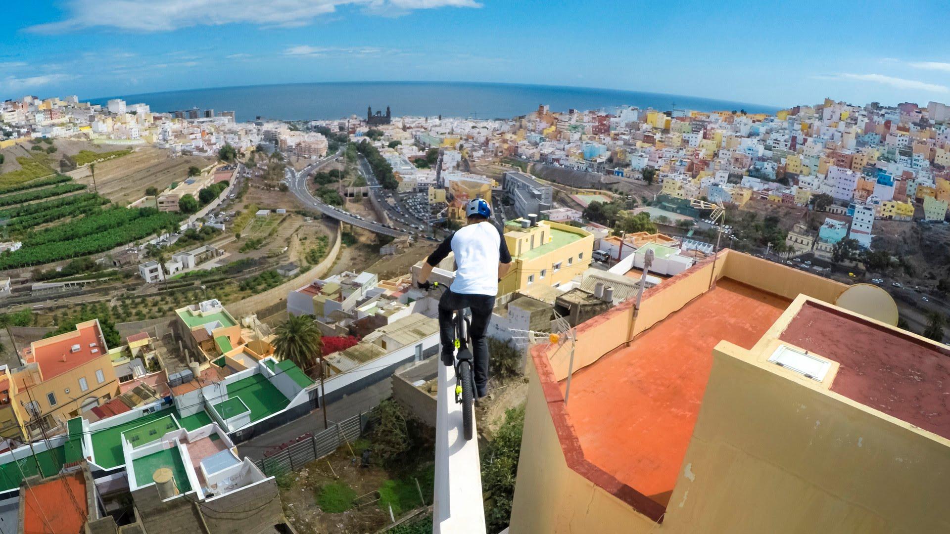 Изтрещеляк с колело кара по покривите в Гран Канария (ВИДЕО)