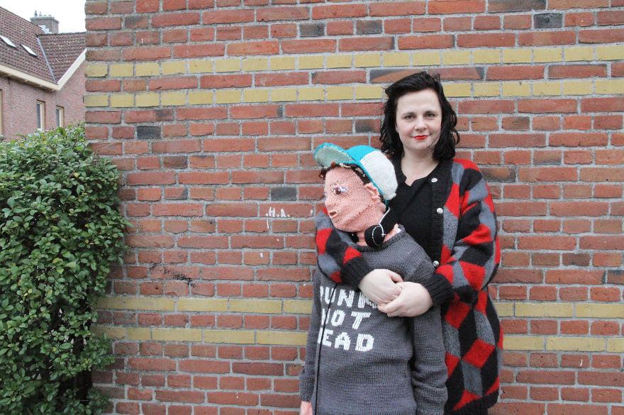 Психарско: Жена изплете двойник на сина си, за да си го гушка