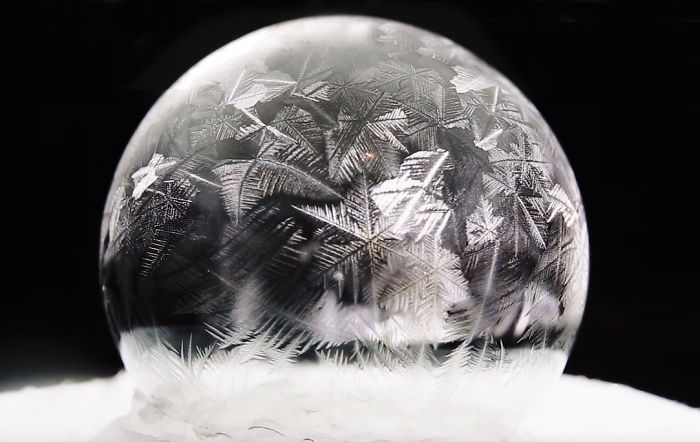 soap-bubbles-freezing-at-15-celsius-in-warsaw-poland-2__700