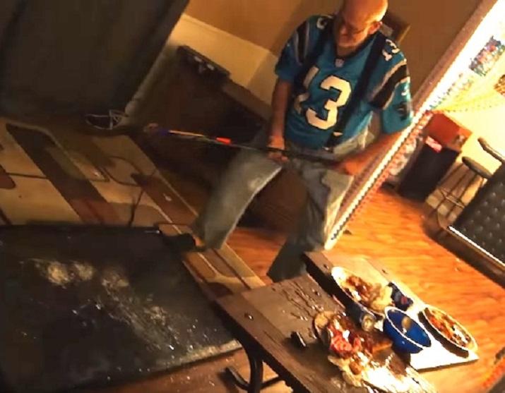Ядосан дядо смля телевизор със стик и стол след мач (ВИДЕО)