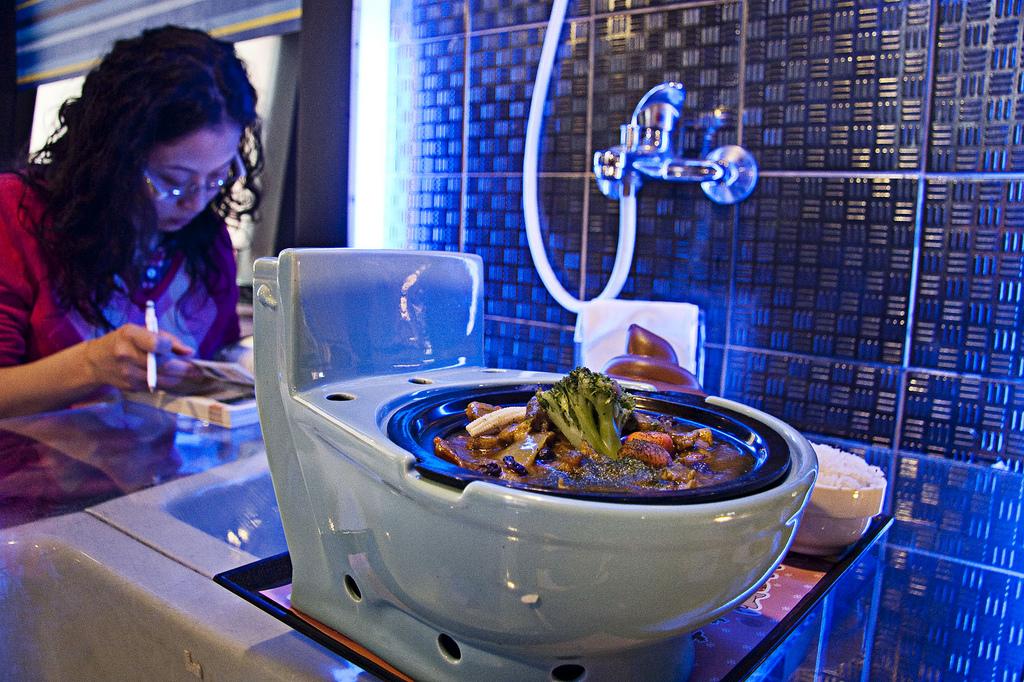 Фекална атракция – Ресторантът, в който се храниш от тоалетна чиния