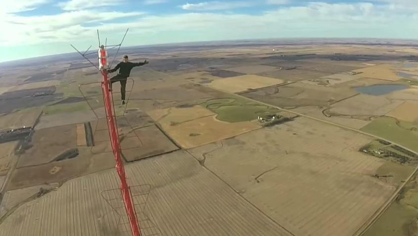 Луд на бебе изкачи 475-метрова кула без обезопасителни въжета (ВИДЕО)