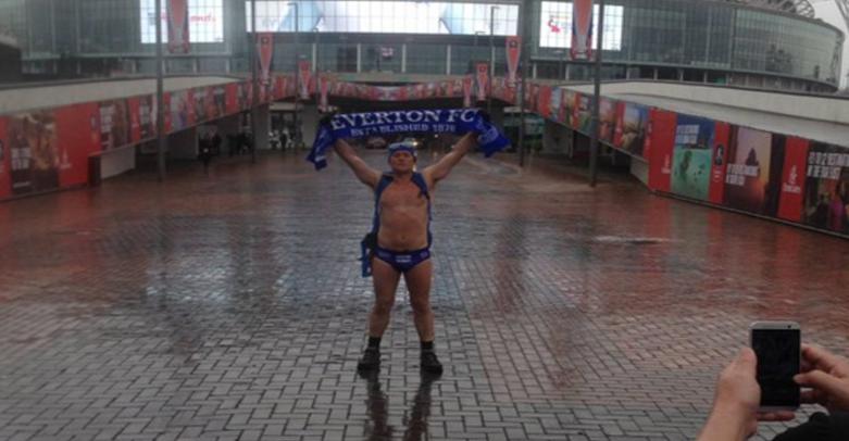 """Фен на Евертън стигна пеша от Ливърпул до """"Уембли"""" само по бански"""