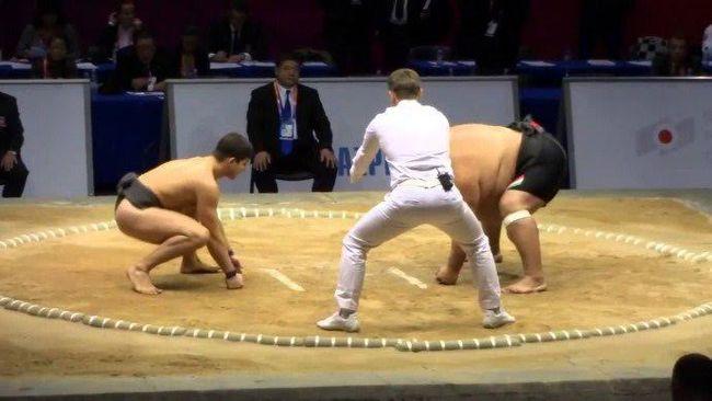 Хърбав руснак пребори сумист в най-странния мач