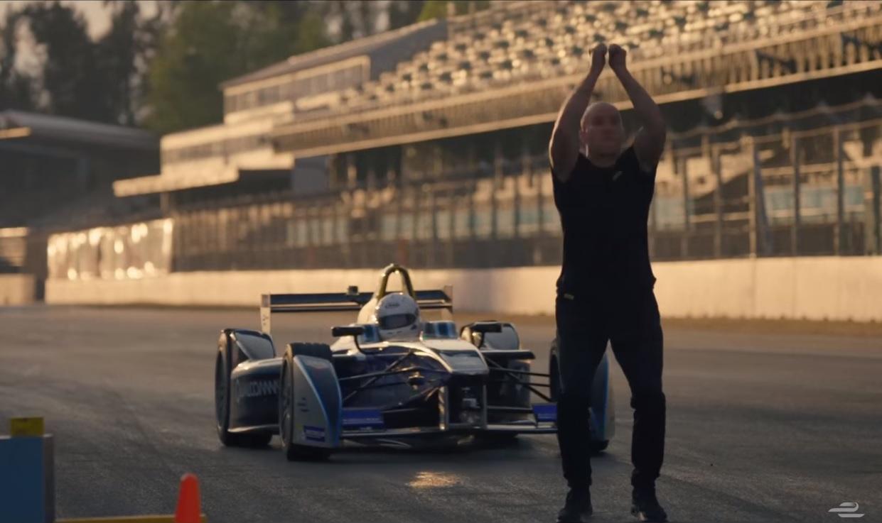 Той направи задно салто над кола от Формула Е (ВИДЕО)