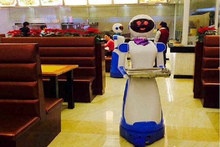 Уволниха роботи-сервитьорки, разливат и са по-кисели от истинските