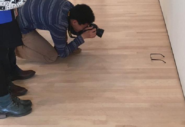 Някой постави очила на земята в галерия, всички се хванаха на въдицата (СНИМКИ)