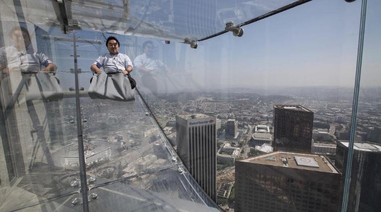 Стъклена пързалка върху небостъргач в Лос Анджелис (ВИДЕО)