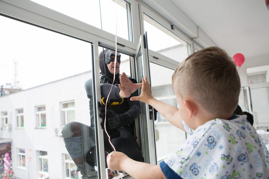 Албански полицаи се преоблякоха на супергерои и посетиха болница с деца