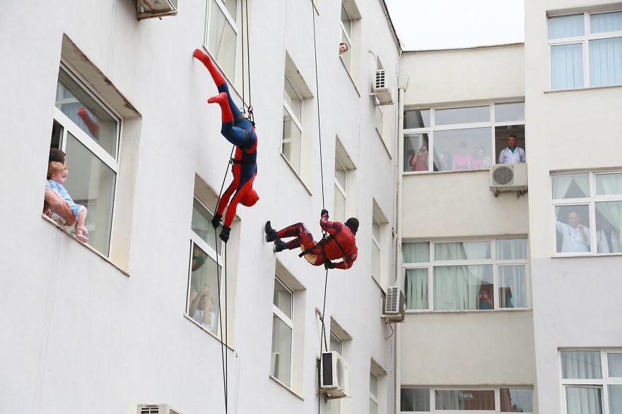 Албански полицаи се преоблякоха като супергерои и посетиха болница с деца