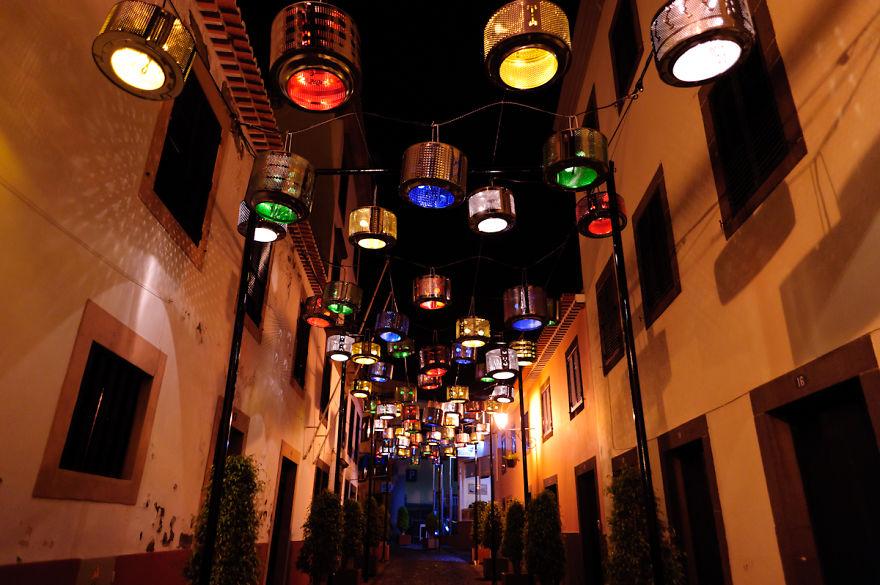 Стотици барабани от пералня украсиха улица в Португалия (СНИМКИ)