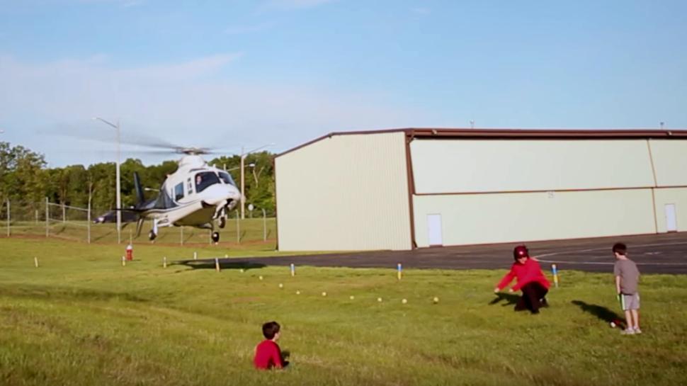 Баща извади млечен зъб на сина си с хеликоптер