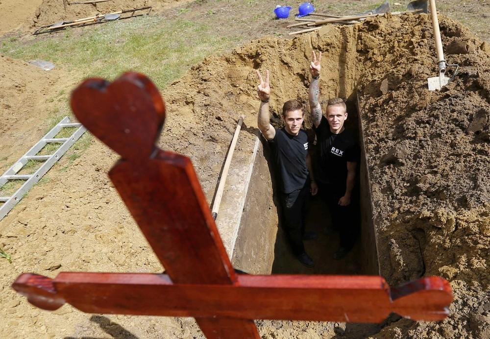Най-откаченото състезание в света или кой ще изкопае идеалния гроб (ВИДЕО)
