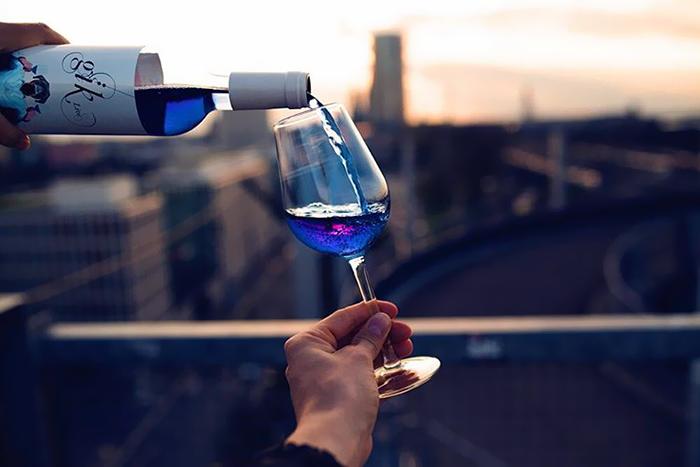 Създадоха синьо вино за повече лайкове във Фейсбук