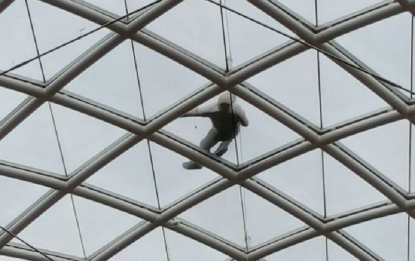 Откриха пиян мъж да спи върху стъклен покрив, не помни как се е качил там