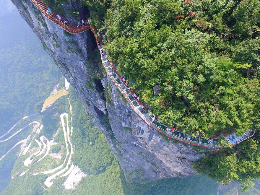 Ужасяваща стъклена пътека на 1400 метра височина (СНИМКИ)