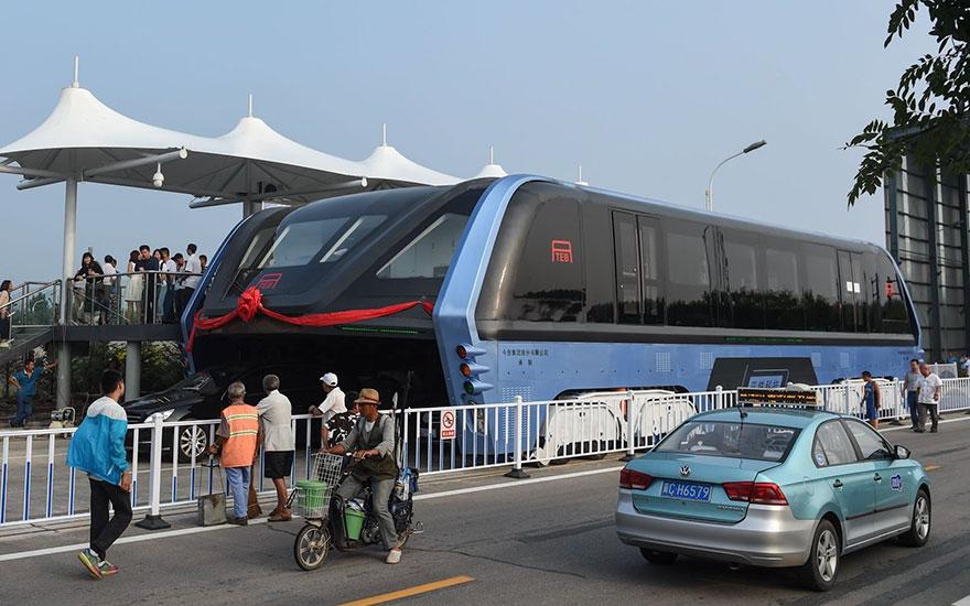 В Китай пуснаха в движение автобуса, минаващ над трафика (ВИДЕО)