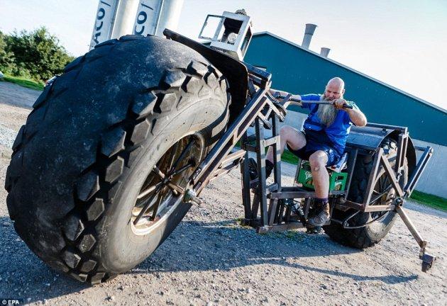 Той създаде колело с гуми от трактор (ВИДЕО)