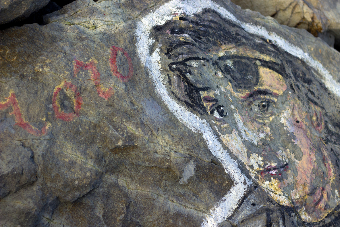 Спасител рисува известни личности по камъните на вълнолома в Приморско (СНИМКИ)