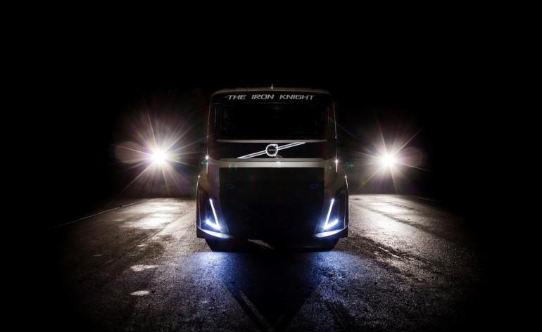 2400 коня теглят най-бързия камион, в който няма плакат на Саманта Фокс