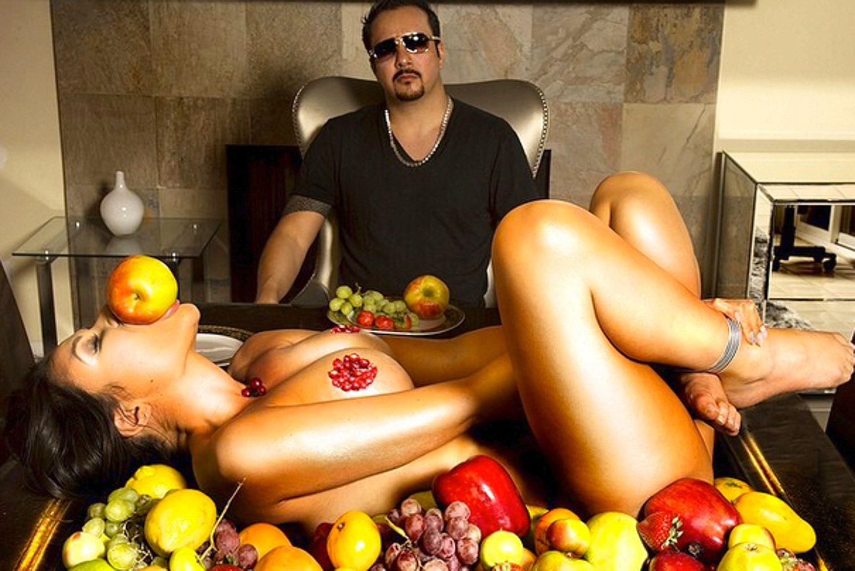 Той прави ежедневни партита с голи жени, но годеницата му вярва до гроб