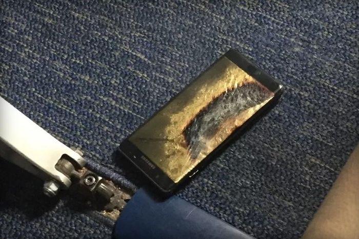 Galaxy Note 7 гръмна по време на полет, Самсунг спря производството