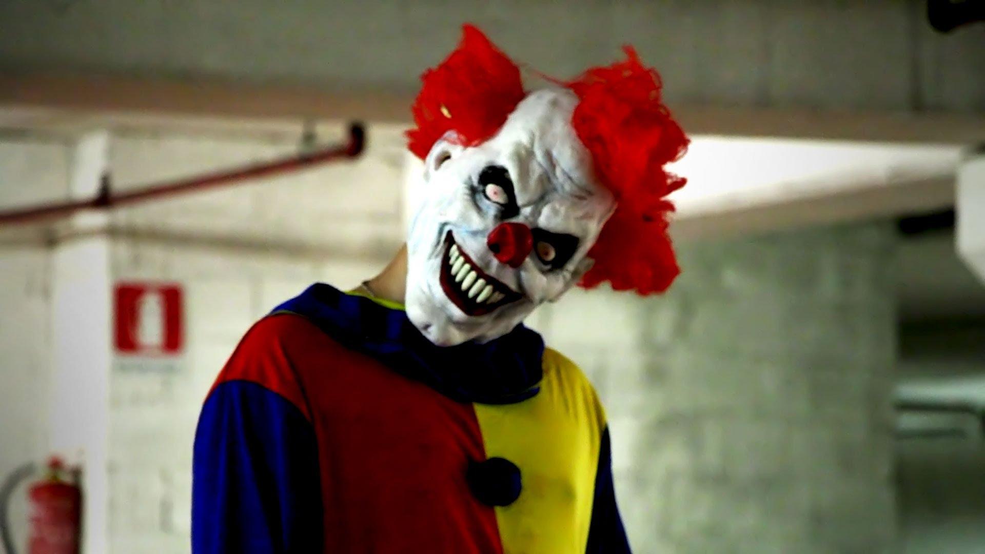 Тъпа шега се прецака, батка нокаутира клоун (ВИДЕО)