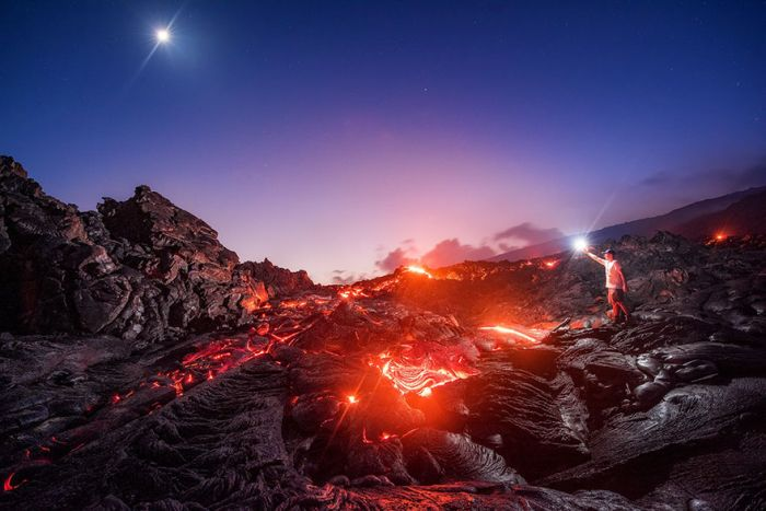 Фотограф запечата в една снимка млечен път, метеор и лава