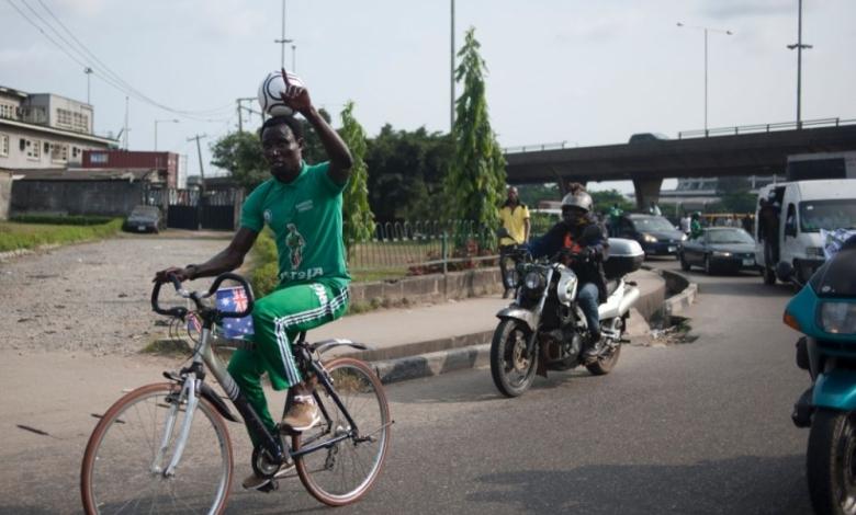 """Нигерийският футболист Харисън Чинеду записа световен рекорд, карайки велосипед с футболна топка върху главата си 103 километра по улиците на най-големия град в страната Лагос, брато. През цялото време той балансира коженото кълбо върху главата си, а с дистанцията най-вероятно ще влезе в книгата със световните рекорди на Гинес. Виж и това, брато: """"Моята най-голяма мотивация беше, че вярвам в моя талант, даден ми от Бог. Имам тази способност и исках да покажа това, което мога да правя"""", сподели Чинеду. Той няма да бъде включен за първи път в книгата с рекордите на Гинес. През март тази година той измина 48,04 километра пеша пак по улиците на Лагос и също с топка върху главата си. Тогава той подобри рекорда на индиеца Наиб Снгх от 2014 година, когато бе изминал 45,64 километра с топка върху главата си."""