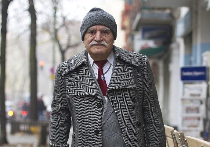 Дядо на 86 години всяка сутрин отива на работа с различен костюм