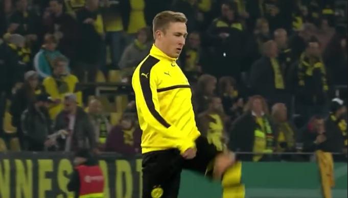 Играч на Дортмунд играе на 21 с дъвката си (ВИДЕО)