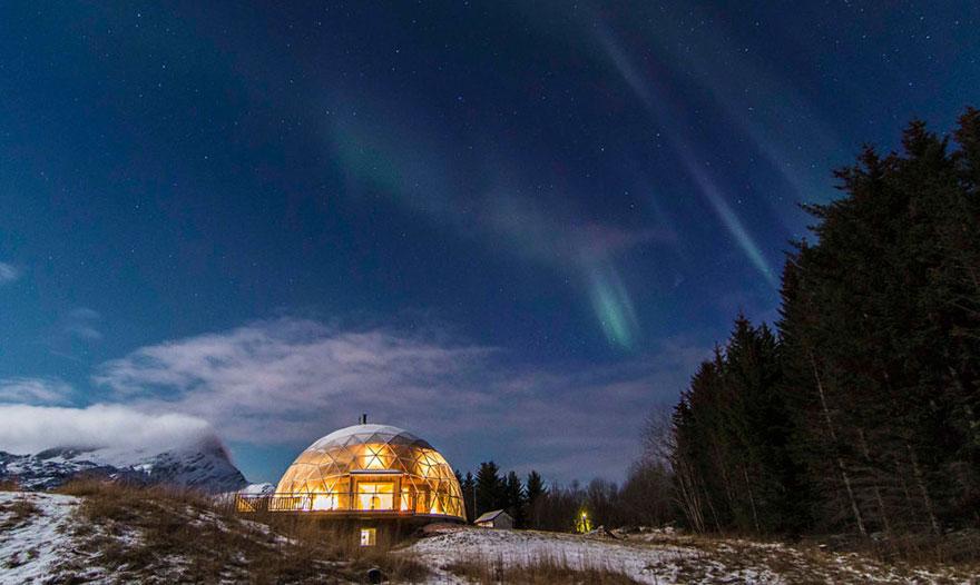 Да живееш под стъклен покрив и да гледаш Северното сияние
