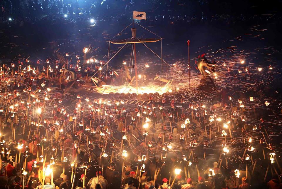 Уникални кадри от фестивала на викингите Up Helly Aa (ВИДЕО)