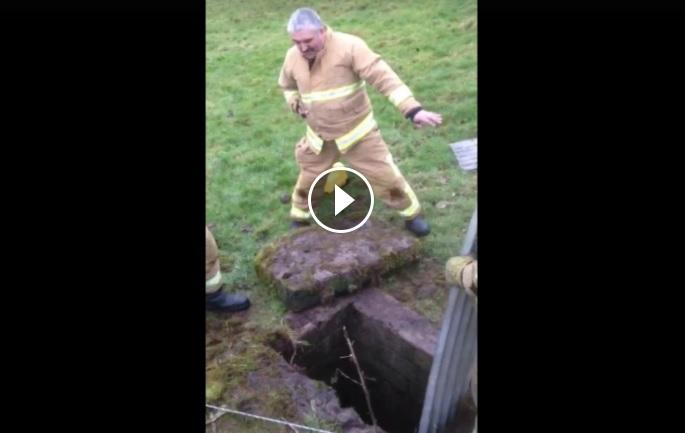 Пожарникар блее като овца, за да подмами паднало в шахта агънце