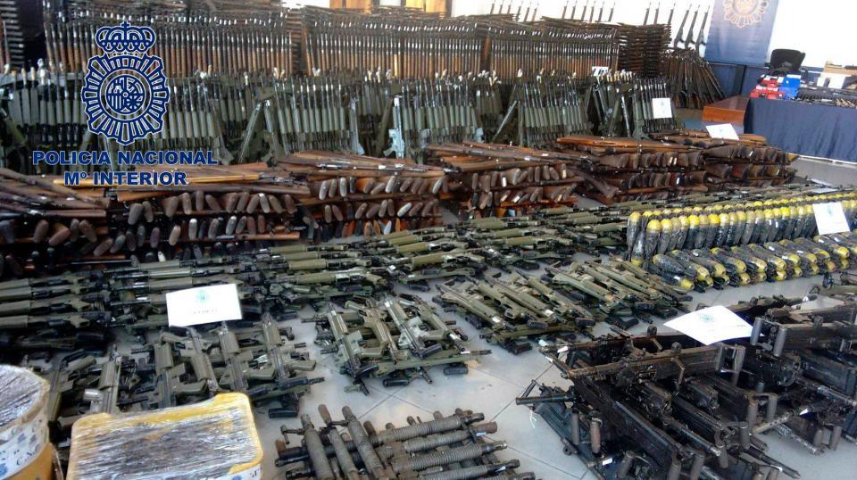 Боен арсенал от 10 000 оръжия (СНИМКИ)