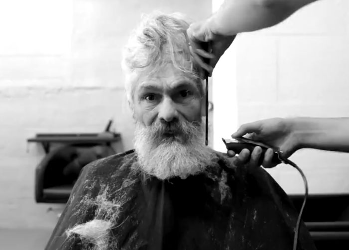 Уникалната трансформация на един бездомник във фризьорски салон (СНИМКИ)