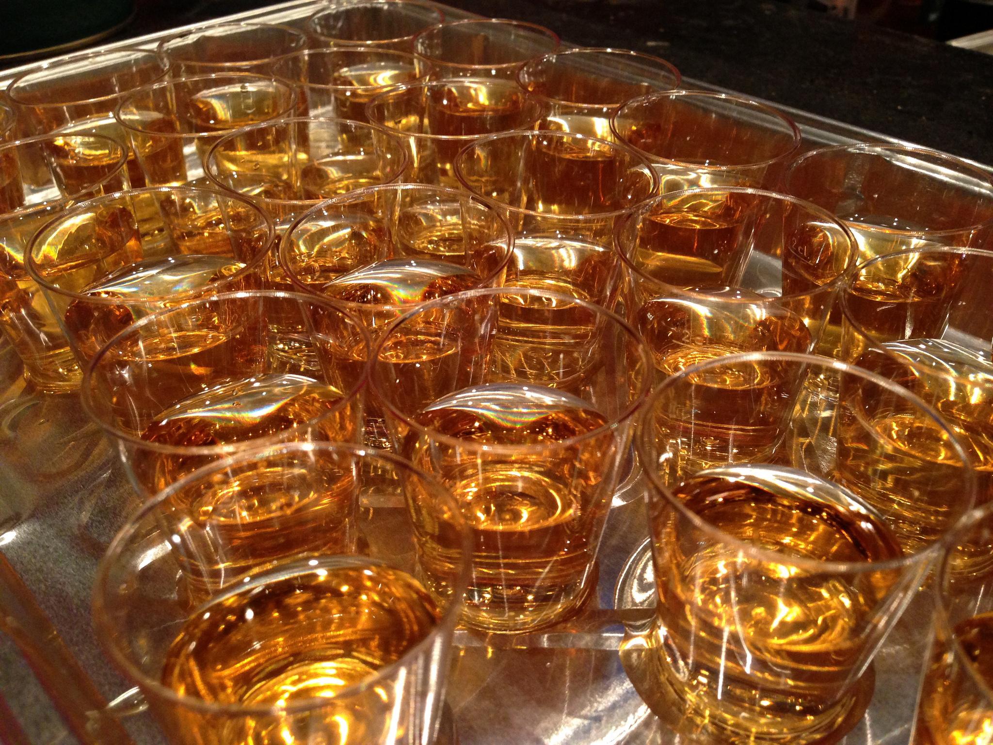 Пиеш литър уиски за под 50 лева на партито на Brato.bg