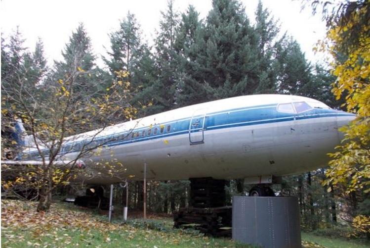 Мъж живее в Боинг 727 насред гората