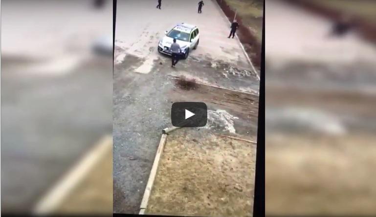 Борбата е безмилостно жестока: 3 полицайки срещу 1 мъж (ВИДЕО)