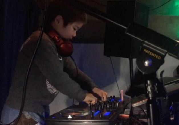 Рекорд на Гинес: Той е най-младият DJ в света (ВИДЕО)