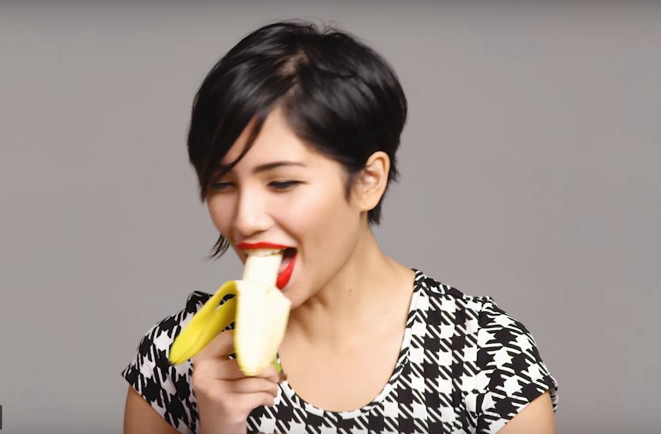100 души ядат банан изкусително (ВИДЕО)