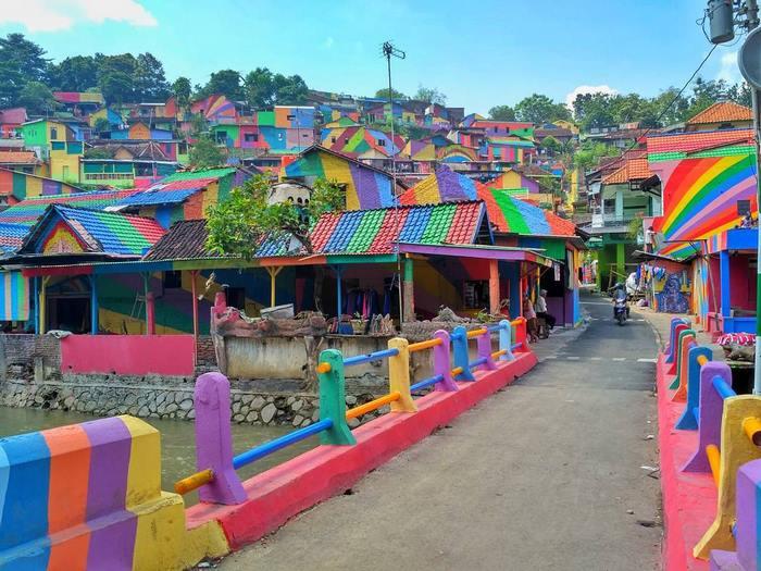 С четка и боя преобразиха цял град в Индонезия (СНИМКИ)
