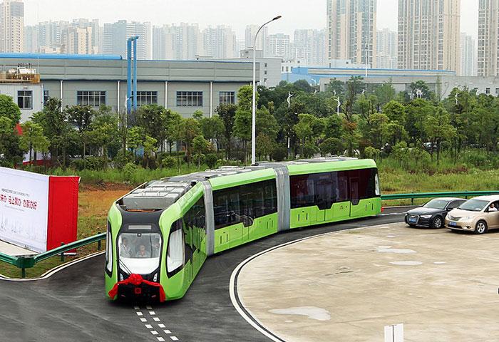 Китай представи трамвай и автобус в едно, движи се по виртуални релси (ВИДЕО)