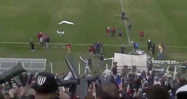 Свалиха дрон с руло тоалетна хартия по време на мач (ВИДЕО)