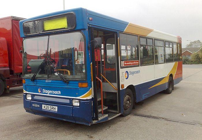 Двойка превърна автобус в луксозен кемпер (СНИМКИ)