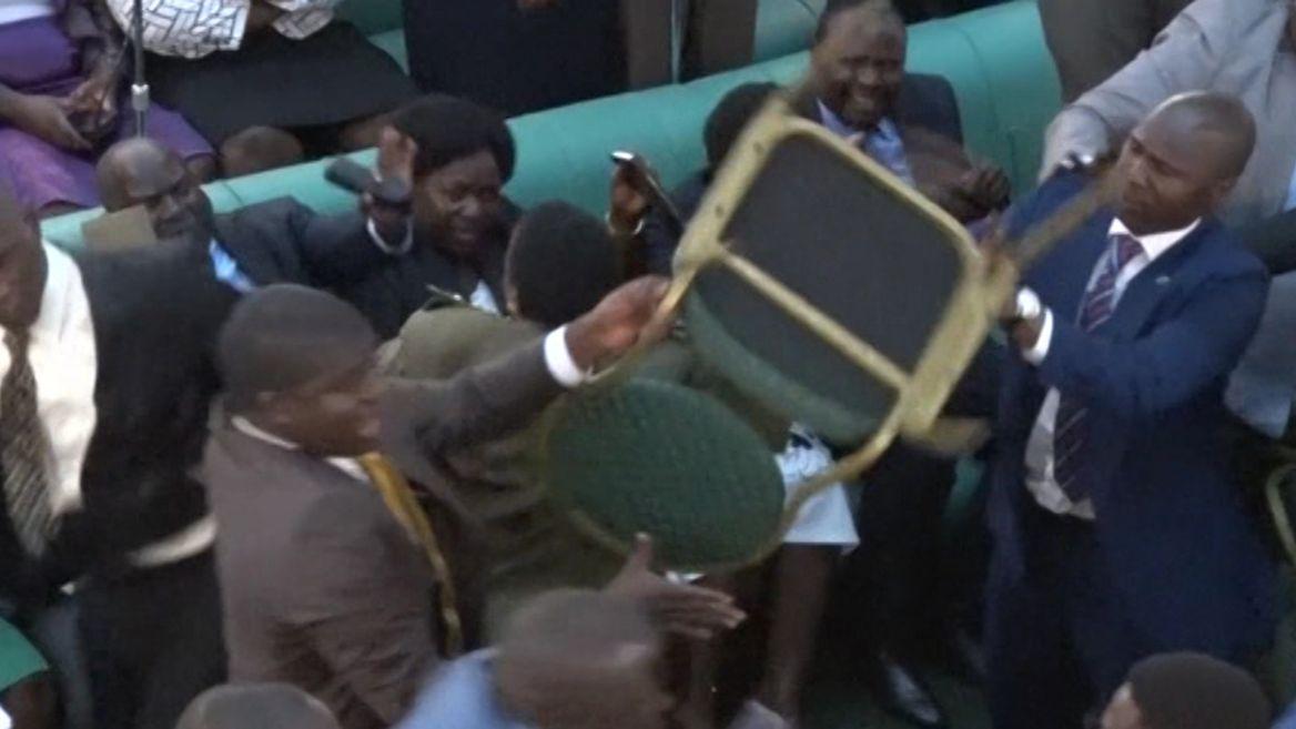 Здрав кютек в парламента в Уганда, включиха и столове като в кеча (ВИДЕО)