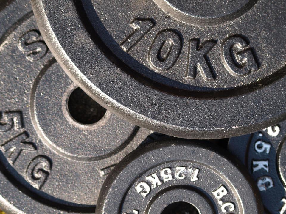 Мъж заклещи пениса си в диск с тежести за фитнес по време на тренировка